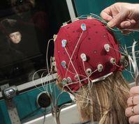 Testpersonen prägen sich Gesichter ein und müssen später entscheiden, ob sie diese wiedererkennen. Quelle: Foto: Jan-Peter Kasper/FSU (idw)