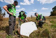 MH17: Niederländische und australische Einsatzkräfte untersuchen ein Wrackteil.