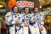 Die Crew der Sojus TMA-02M Mission: Michael Fossum, Sergei Wolkow, Satoshi Furukawa. Bild: NASA / wikipedia.org
