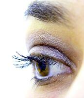 Auge mit Lidschatten und Wimperntusche