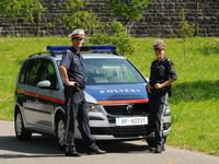 Zwei Beamte der Bundespolizei vor einem Streifenkraftwagen