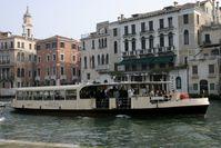 Vaporetto im Canal Grande
