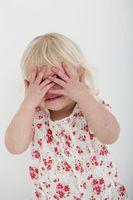 Augen zuhalten: Kinder sehen Horrorfilm-Trailer.
