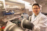 Doktorand Heyong Wang im Werkstofflabor.