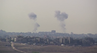 Aufsteigender Rauch in der südisraelischen Stadt Kiryat Malachi nach einem Raketenangriff aus dem Gazasteifen.