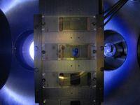 In der Aufdampfkammer: Neue Dünnfilm-Technologie. Bild: C. Binns, University of Leicester
