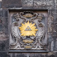 Allsehendes Auge: Darstellung des Auges Gottes am Domhof zu Aachen