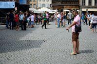 Tourist fotografiert sich mit dem Straßburger Münster als Hintergrund