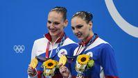 Russische Olympiasiegerinnen im Synchronschwimmen Swetlana Kolesnitschenko und Swetlana Romaschina bei der Siegerehrung in Tokio (2021)