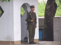 Soldat der Koreanischen Volksarmee (KVA) auf Wache