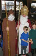 Der Nikolaus mit seinem Knecht Ruprecht. Der Nikolaus hat die Mitra (Bischofsmütze) auf und den Bischofsstab und das goldene Buch dabei. Der Ruprecht hat die Rute in der Hand.