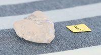 Der zuerst entdeckte 1.098,3 Karat wiegende Diamant im Größenvergleich mit einem Zettel