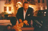 """""""Extralarge"""" Jack Costello (Bud Spencer, o.) und sein Kollege Dumas (Philip Michael Thomas, u.) bekommen den Auftrag einen berühmten Wissenschaftler von Kuba nach Miami zu beschützen. Doch er stirbt in den Händen Costellos. Kurz vor seinem Tod steckt er ihm eine tödliche Nervengasformel zu. Von nun an sind die beiden Spürnasen in Lebensgefahr, denn viele Terroristen wollen diese Formel in die Hände bekommen. Bild: Tele 5"""
