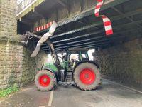 Das Foto zeigt den Traktor nach dem Unfall. Bild: Polizeipräsidium Münster