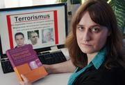 """Nicole Haußecker hat gemeinsam mit Wolfgang Frindte die neue Studie """"Inszenierter Terrorismus"""" herausgegeben. Bild: Jan-Peter Kasper/FSU"""