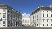 Der Ballhausplatz mit dem Bundeskanzleramt (links), dem Innenministerium (Mitte) und der Hofburg (rechts)