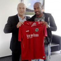 """96-Sportdirektor Dirk Dufner mit Neuzugang Jimmy Briand (zuletzt Olympique Lyon). Bild: """"obs/Hannover 96 GmbH & Co. KGaA"""""""