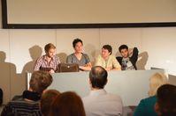Y-Titty zusammen mit dem Musikproduzenten Emanuel Uch (zweiter von links) bei einem Vortrag in Köln (2013)