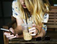 Durchs Handy abgelenkt: Das beeinträchtigt Realität.