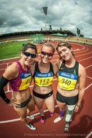 Die Italienerin Martina Caironi gemeinsam mit den Sprinterinnen Ilse Hayes (Südafrika) und Janne Engeleiter (BPRSV Cottbus). Bild: IDM 2015/Hartmann
