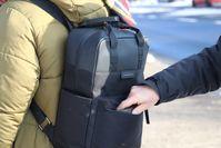 Symbolbild: Tachendieb greift in Rucksack Bild: Polizei