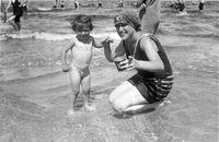 Mutter mit Kind im Sommer 1930. Das Gesetz ist sogar noch 8 Jahre älter...