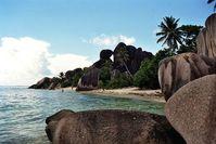 Due Strände der Seychellen sind für die dunklen Granitfelsen bekannt. Bild: Wolfgang Weitlaner