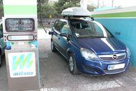 """Opel Zafira 1,6 CNG ecoFlex an einer italienischen """"metano""""-Tankstelle"""