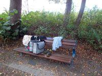 Der Fund der Kleidungsstücke sowie der Satteltaschen geben der Polizei Rätsel auf. Die Ermittler fragen: Wem gehören die Gegenstände und wer hat sie warum derart auffällig auf der Parkbank abgelegt Bild: Polizei Minden-Lübbecke