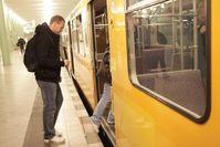 Mit einem Blindenstock orientiert sich der junge Mann auch in der U-Bahn.  Bild: ©DBSV/A.Friese