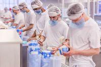 Echtes Handwerk: Menschen statt Maschinen machen Florida-Eis.  Bild: ZDF Fotograf: ZDF/Florida Eis