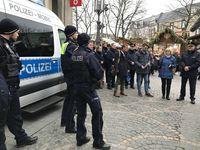 Polizeipräsidentin Ursula Brohl-Sowa stellt die Bodycams auf der Wache Weihnachtsmarkt vor. Bild: Polizei