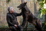 """Christian mit seinem Wolfshund Ghandi  Bild: """"obs/ZDF/Enrico Veerkamp"""""""