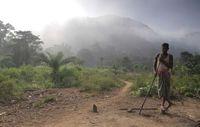 Ein Dongria steht am Fuß von Niyamgiri, wo das indigene Volk sein Fest feiert. Bild: Survival