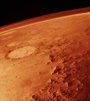 Über dem Marshorizont ist die Atmosphäre als dunstiger Schleier erkennbar. Links ist der einem Smiley ähnelnde Krater Galle zu sehen. Viking, 1976