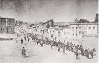 Foto eines anonymen deutschen Reisenden: Armenier werden im April 1915 von osmanischen Soldaten aus Kharpert (türkisch: Harput) in ein Gefangenenlager im nahen Mezireh (türkisch: Elazığ) geführt.[9]