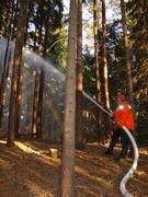 Um den Einfluss der Bodenfeuchte auf das Erdschwerefeld zu messen, lassen die Geophysiker der Universität Jena auch schon einmal die Feuerwehr ausrücken. Foto: Kroner/Universität Jena