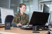 Eine Soldatin nutzt ihre mobile IT-Ausstattung. Bild: Bundeswehr Fotograf: Jonas Weber