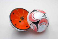 Der Adidas Teamgeist II Fußball mit einem intregierten Chip. Bild: wikipedia.org
