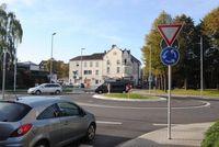 """Kreisverkehre erleben in den letzten Jahrzehnten auch in Deutschland eine Renaissance. Das runde, blaue Verkehrszeichen mit den drei weißen Pfeilen und das Schild """"Vorfahrt gewähren"""" kennzeichnen zusammen einen Kreisverkehr. Bild: """"obs/TÜV Rheinland AG"""""""