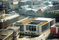 Neubau des Auswärtigen Amtes in Berlin, links davon das Haus am Werderschen Markt
