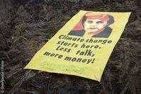 Greenpeace-Aktivisten haben heute in Riau auf der indonesischen Insel Sumatra gegen das Abholzen der Urwälder für Palmölplantagen protestiert. Die Umweltschützer haben ein 20 mal 50 Meter großes Banner mit dem Konterfei von Bundeskanzlerin Angela Merkel auf kürzlich gerodeten Urwaldboden gelegt. Bild: Greenpeace / Rante
