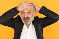 Mann mit Haarausfall und beginnender Glatze  Bild: karlyukav - freepik.com Fotograf: karlyukav
