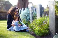 """Erwachsene helfen trauernden Kindern mit emotionaler Verfügbarkeit Bild: """"obs/Wort & Bild Verlag - Gesundheitsmeldungen/GettyImages_Urilux_E"""""""