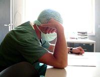 Überlasteter Arzt (Symbolbild)