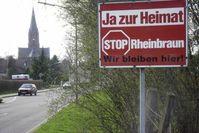 Protestschild am Ortseingang von Holzweiler