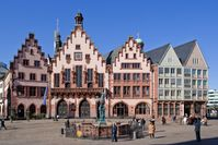 Römer (Rathaus) am Römerberg mit Justitia-Brunnen, März 2011