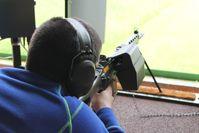 Jungschütze mit einem Leihsturmgewehr 90