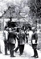 Wolfsschanze am 15.Juli 1944 (ganz links: Stauffenberg, rechts neben Hitler: Wilhelm Keitel. Hitler begrüßt den General der Flieger K.-H. Bodenschatz, der fünf Tage später durch Stauffenbergs Bombe schwer verletzt wurde, im Gegensatz zu Hitler selbst)