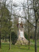 Obelisk auf dem Ehrenfriedhof zum Stalag 326